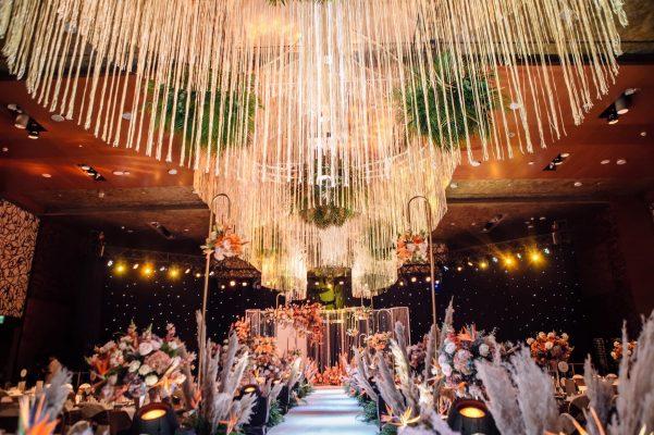 Trang trí tiệc cưới tại nhà hàng với backdrop chụp hình cưới đẹp tại lavender decor có trang trí bàn gia tiên.